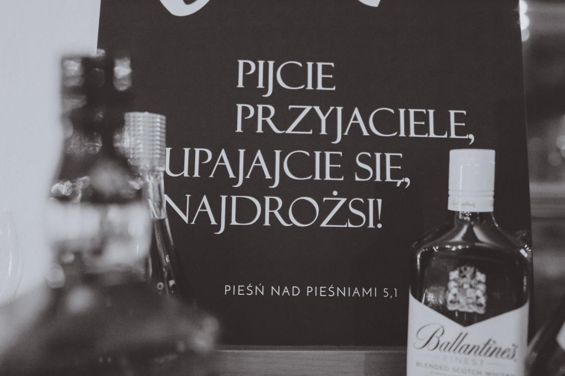 """Weselne etykiety na wódkę i wino inspirowane Biblią? Dlaczego nie! Wszak Oblubieniec w Pieśni nad Pieśniami sam wznosi toasty: """"Pijcie przyjaciele, upajajcie się, najdrożsi!"""" / PROJEKT DAYENU"""