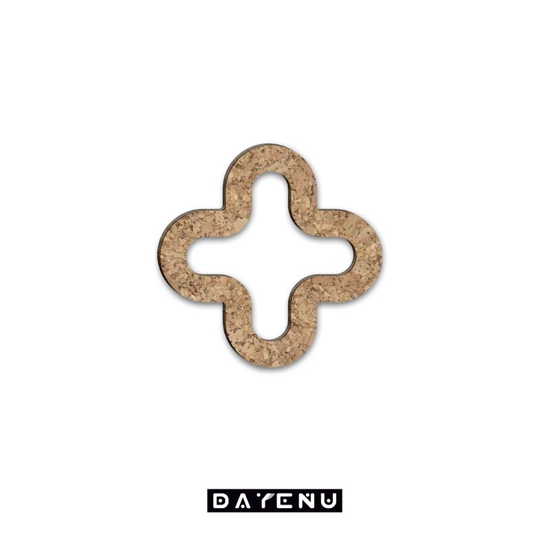 Krzyżu święty nade wszystko! Bizantyjski krzyż z drewna korkowego w nowoczesnym stylu. Miej go w samochodzie, domu i miejscu pracy. Nasączony olejkami biblijnymi, mirrą, nardem, drzewem sandałowym i różą, zanurza nas w woń modlitwy! Projekt DAYENU DESIGN