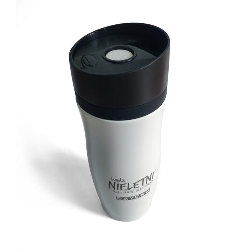 Kubek termiczny sprawia, że Twój napój długo jest gorący. Niech tak działa w nas łaska! Obyś był zimny albo gorący, nie zaś letni! Bądź więc nieletni! Autorem projektu jest DAYENU dizajn i sklep chrześcijański.