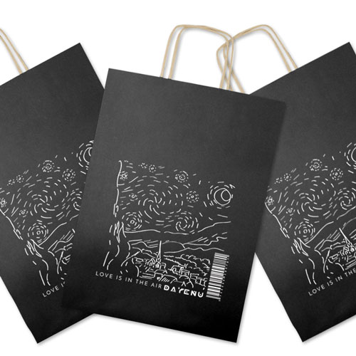 czarna papierowa torba na prezent, elegancka, prezent dla księdza i nie tylko